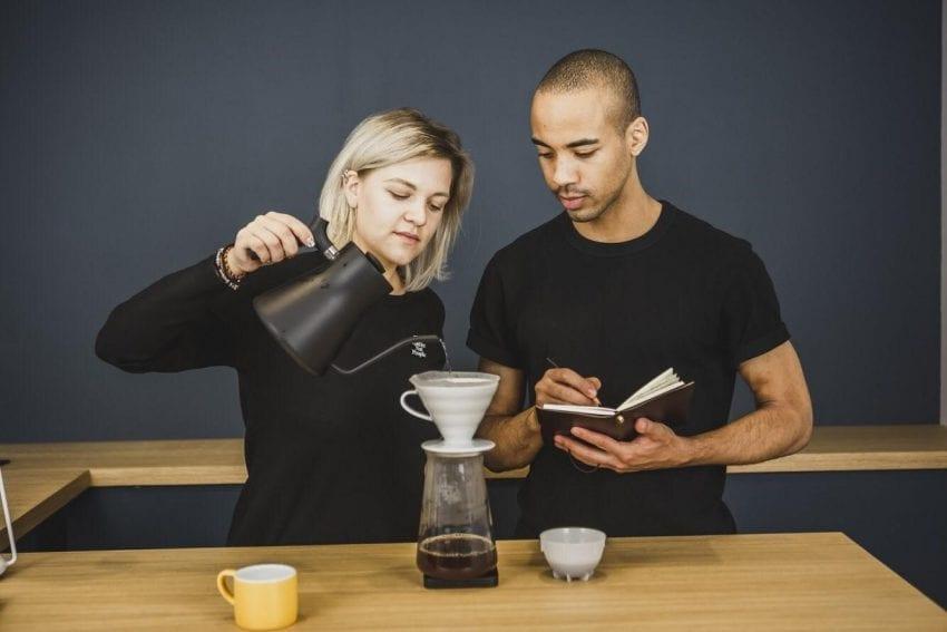 باریستاها در حال یادداشت برداری از قهوه pour over. عکس: یولیا دروزدووا