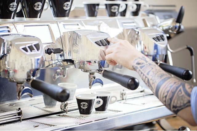 یک باریستا شات های اسپرسو را با استفاده از ویکتوریا آردوینو بلک ایگل آماده می کند، که دارای کنترل دمای اتوماتیک است. عکس: ویکتوریا آردوینو