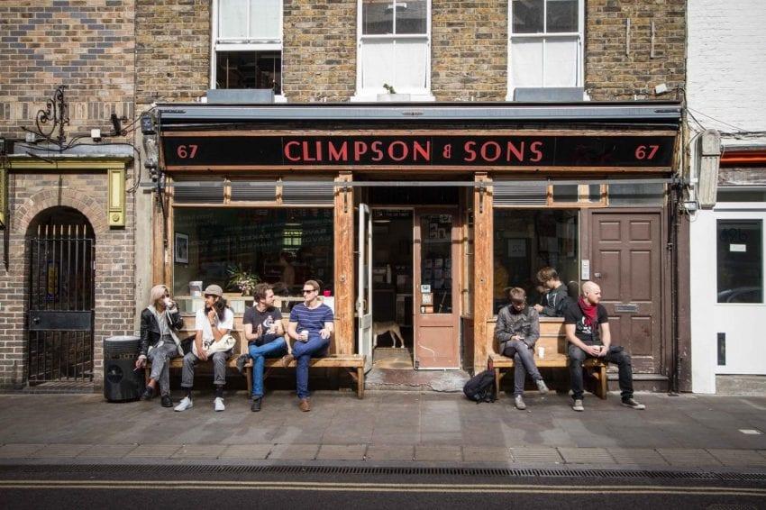 تصویر : مشتری در خارج از Climpson & sons نشسته اند