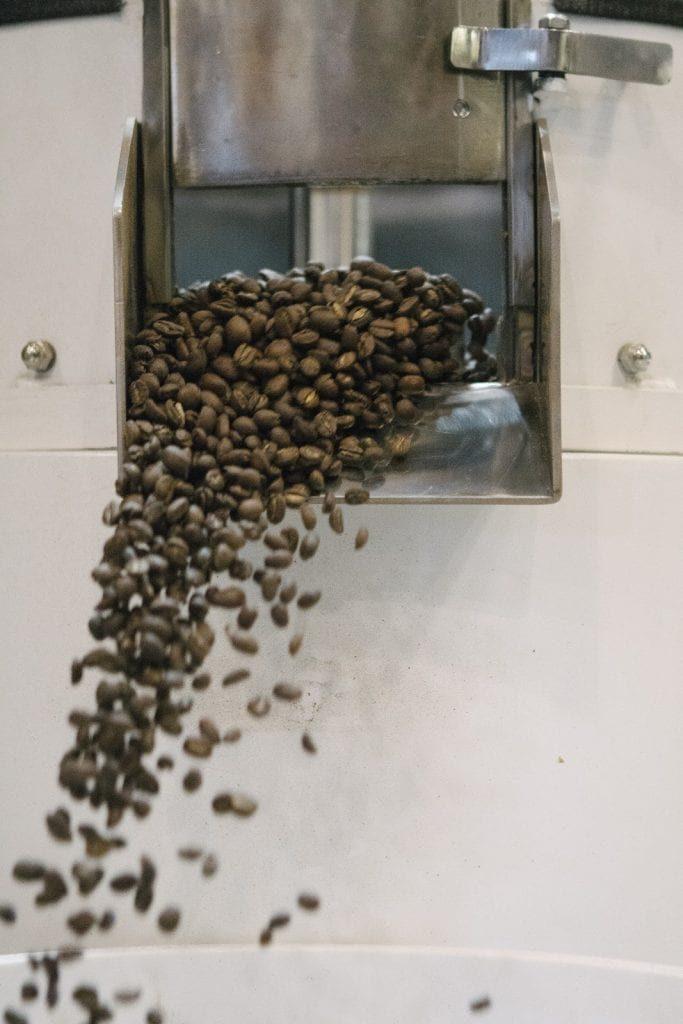 قهوه ها از یک برشته کننده ریخته می شود
