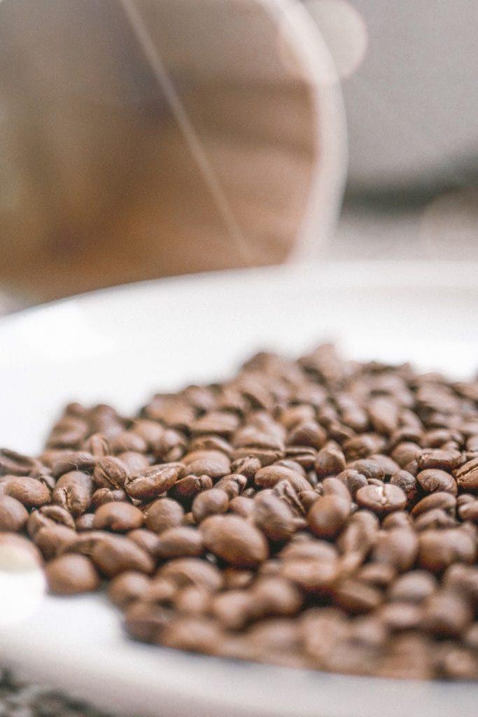 دانه های قهوه تازه برشته شده