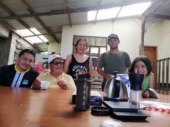 تولیدکنندگان و قهوه چی ها در کنار هم از قهوه لذت می برند و از چپ به راست، تولیدکنندگان: خاویر واله و کومان واله، قهوه چی ها: شیرام آگاما، تولید کننده: رومر اوچوا و قهوه چی آینده کلاریس اوچوا