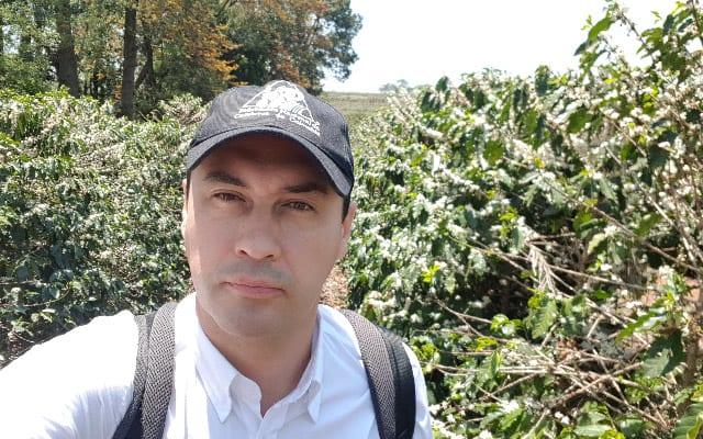 آلوارو گایتان از مزرعه ای در کلمبیا بازدید می کند