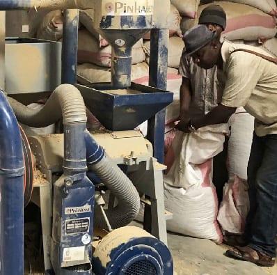 تولیدکنندگان در Idjwi از دستگاه پوست کن استفاده می کنند