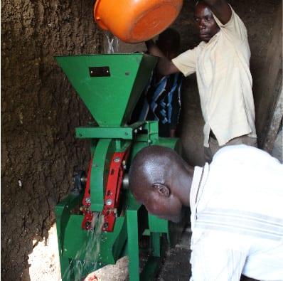 تولیدکنندگان در Idjwi از ایستگاه شستشو میکرو استفاده می کنند